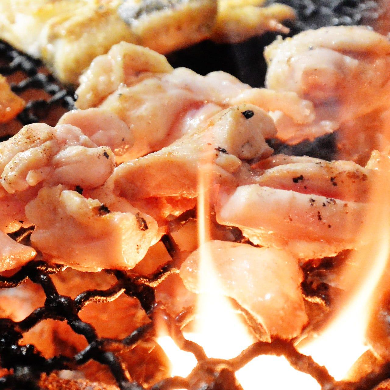 炭火焼の焼鳥は、お皿でたっぷり提供