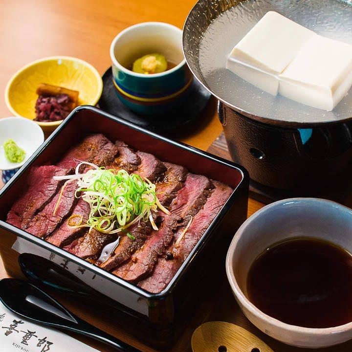 和牛モモ肉のステーキがお重の中にきっちりと並ぶ「ステーキ重」