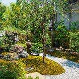 窓の外には、季節ごとにさまざまな表情を見せてくれる日本庭園