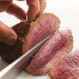 丁寧に時間をかけて焼き上げるステーキは、艶やかな断面が食欲をそそります