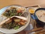 ファラフェル(ひよこ豆コロッケ)のサンドイッチプレート