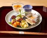 浜防風など多彩な食材を独創的な逸品に昇華させた季節の前菜。