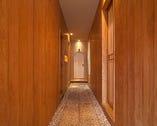 しっとり落ち着いた石畳の廊下が料理への期待感を膨らませる。