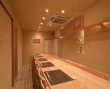 上質なカウンター席では、ゆっくたりと料理が堪能できる。