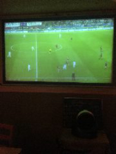 大型スクリーンでサッカー観戦