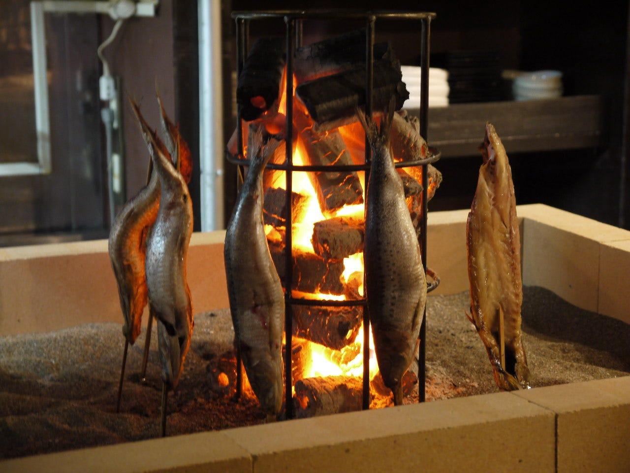 港町・八戸の魚を炭火でじっくりと焼き上げます
