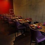 ビビットな赤い壁が印象的 テーブル席で特別なお食事を