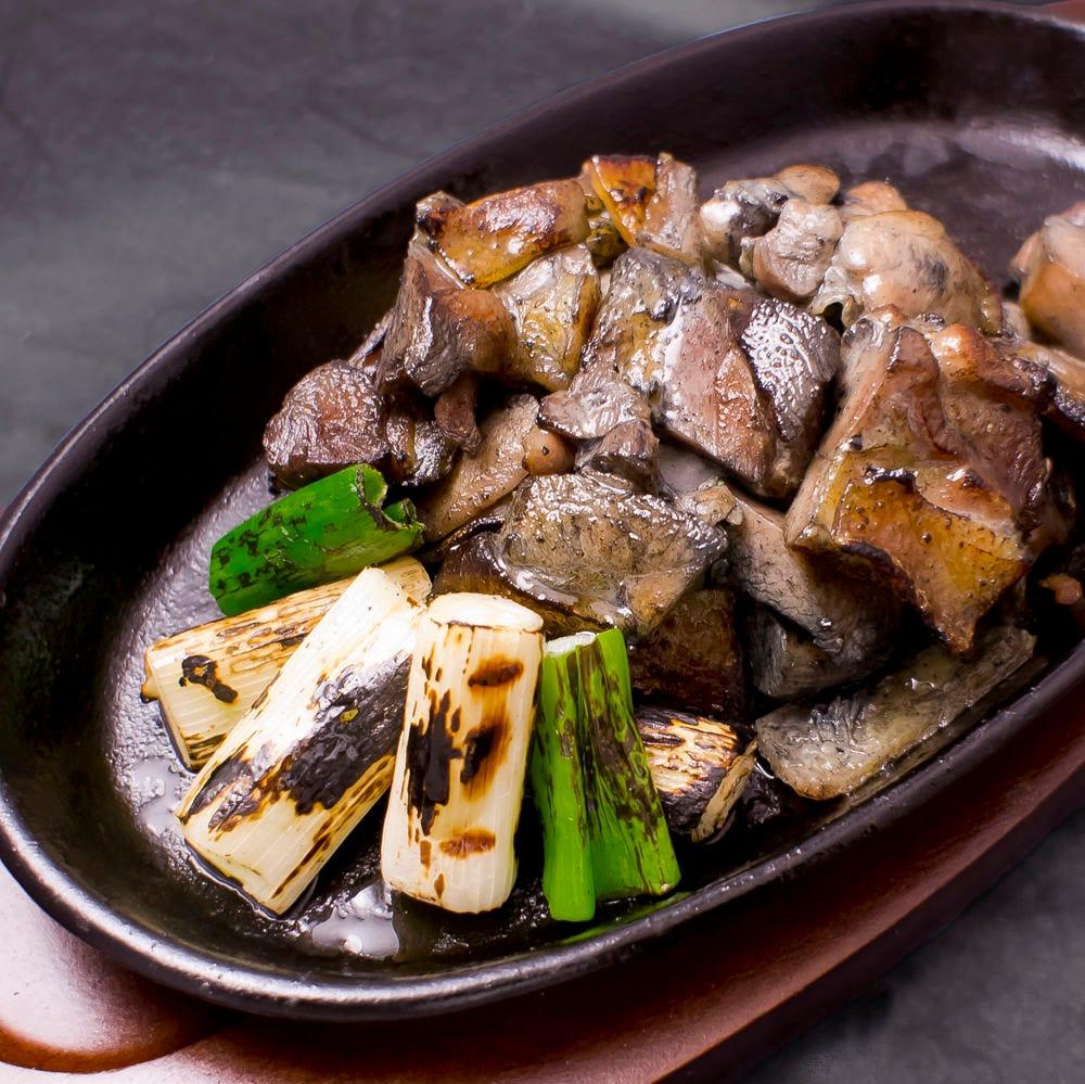 大人気の鶏の炭火焼き、創作鶏料理の数々