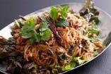 ラープ ウンセン<タイ産緑豆春雨と豚挽肉とイカ入り、炒り米のスパイシーサラダ>