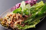 ラープムー<豚挽肉とイカの炒り米のスパイシーサラダ>