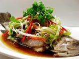 プラカオ シェフズ スペシャル<高級魚ハタの各店シェフ自慢のお料理> 半匹(350g前後)1680(1764)/ 1匹(700g前後)2980(3129) ヌンシーユ<葱油と香草の醤油蒸し>  *数に限りがございます。各店,ご予約をお願い致します。