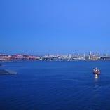 夜は、ポートアイランドの夜景と、赤くライトアップされた神戸大橋の光がきらめく