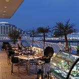 神戸港の夜景をオープンエアで楽しめるビアテラス