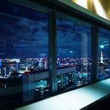 デートのシーンに最適な夜景の見える窓際カウンター席ご用意。