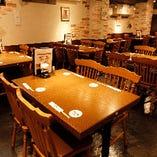 【2階:1〜2名様×1卓/2〜4名様×12卓】開放的な空間でお食事できる2階テーブル席