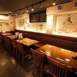 【1階:2〜4名様×5卓】横並びでお食事が楽しめる片側ソファ席