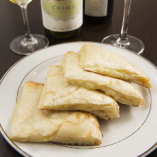 お好きなナンと合うワインを。当店一番人気はチーズナンと赤ワイン。