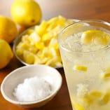 [自家製塩レモンサワー] 牛タンとほぼセット。1日100杯は出ます