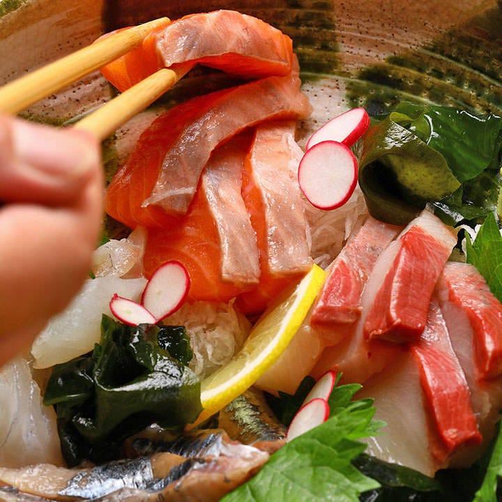 魚や地鶏など新鮮食材を仕入れ 旬の逸品も充実の品揃えです
