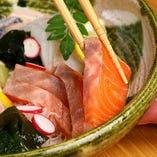 本日の鮮魚のお刺身盛り合わせは、仕入れにより色々な魚介が楽しめます
