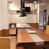 木目調のテーブルを揃え、落ち着いた雰囲気を演出しました☆