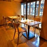 人数に合わせてご用意可能なテーブル席(~2名様×2卓、~4名様×3卓)
