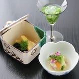若竹煮や、うすい豆、ツバメの巣など、店主自らが厳選の上、旬の食材を活かした日本料理の数々。味覚と香りから、繊細な日本の四季を堪能できる。美しい盛り付けと器の素晴らしさにも注目したい。