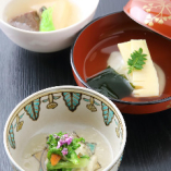 近江牛ほほ肉や竹の子、たらの芽など、店主の舌が納得した旬の食材のみを、贅沢にも使用。