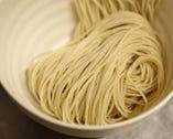 ツルっとのど越しの良い、道産小麦100%の中細ストレート麺