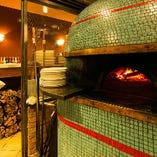 イタリア職人が手掛けた石窯は歴史感じるお店のシンボル!!