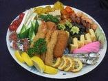盛り込みコース(お通し、大皿盛り、刺身、酢の物、おにぎり一つ香物付き)