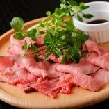 柔らかく脂肪の少ない赤身の多い内モモ肉を使用した自家製ローストビ…