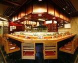 店内カウンター席。 目の前で職人が握るお寿司をご堪能。