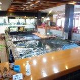 店内中央部にいろんな魚がいてます。もちろん泳ぎイカも!