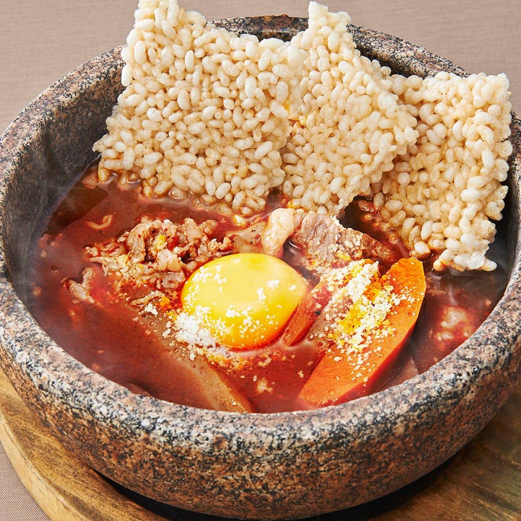 和牛肉と野菜のホットな石焼煮込みは冷たいビールとよく合う一品