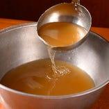 かつおや昆布を使った秘伝のスープ。味も多彩にご用意しています