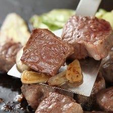 熱々の鉄板で頂く絶品お肉を味わう