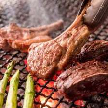 豪快!炭火で焼いたお肉を楽しめる店