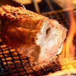 こだわりの食材をじっくり炭火焼き。真剣勝負で焼いています。