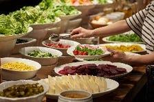 新鮮野菜でサラダを創る楽しみがある