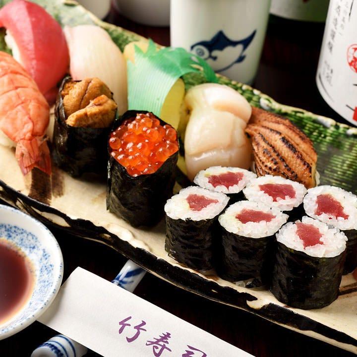市場や南伊勢から仕入れる季節の鮮魚を厳選し、大将が握るお寿司