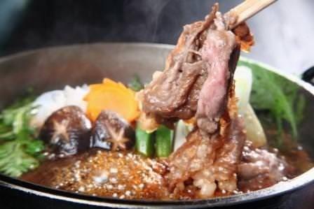 すき焼きは特選黒毛和牛A5サーロインでぜひご賞味ください。