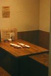 少し奥まったテーブル席. 2名様、4名様対応です.
