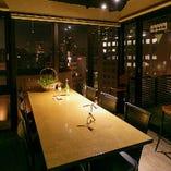 【テーブル半個室】4名様までご利用いただけます。土佐堀通りや北浜のビジネス街を眺められます。