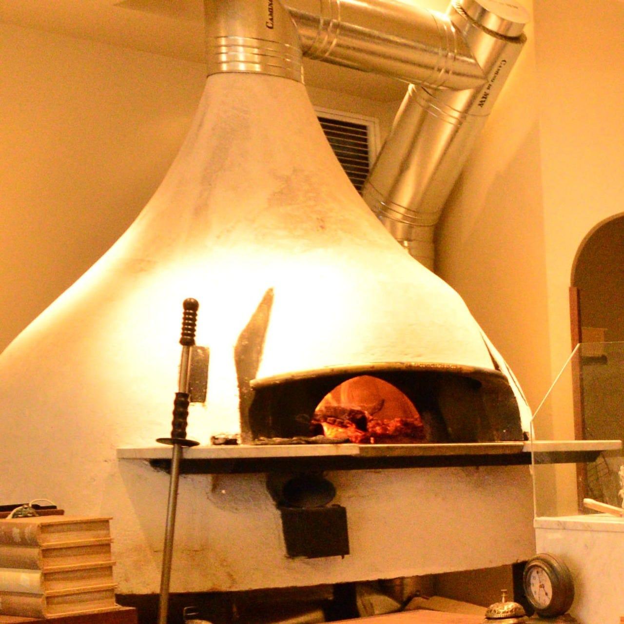 イタリアから取り寄せた薪窯
