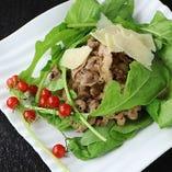 牛肉バルサミコのルッコラサラダ
