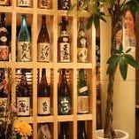 店内にずらりと並べられた和酒は、日本酒やワインなど種類豊富。