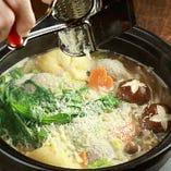 白味噌ベースのさらっとしたスープに、フォアグラつくね、チーズ入り巾着、茸や野菜を入れて、最後にパルメザンチーズをふりかけます!