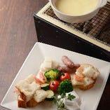トゥーレドゥーレのチーズフォンデュは美味しい&楽しい!ご自身で具材を炭火で炙ってから、チーズに付けてお召し上がりいただきます。