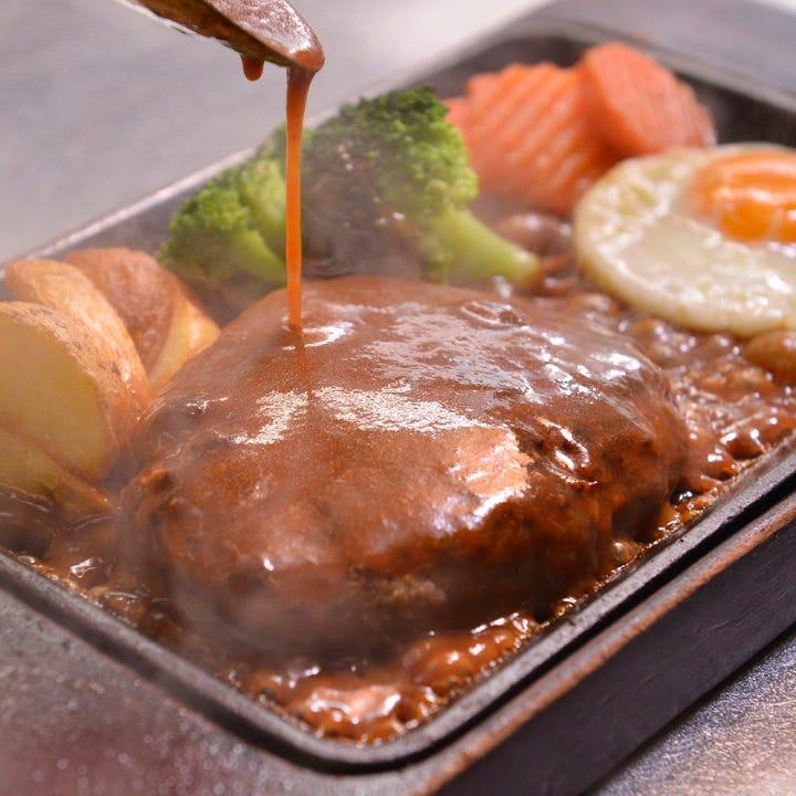 溢れる肉汁と旨みがたまらない!熱々ハンバーグステーキをどうぞ